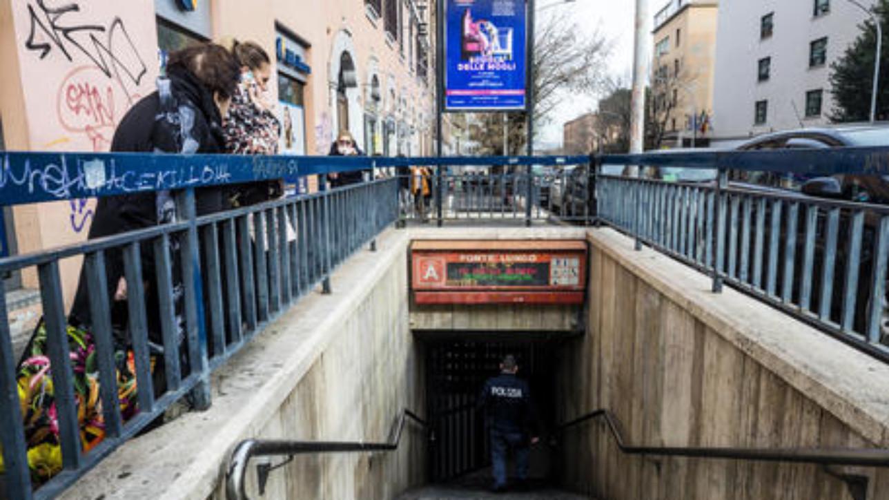 Forze dell'ordine al lavoro presso la fermata della metro A, Ponte Lungo, dove una persona  deceduta dopo essere stata investita da un convoglio della metro, Roma, 07 gennaio 2020. ANSA/ANGELO CARCONI